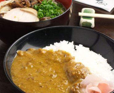 ランチタイム限定のじっくり煮込んだ4牛すじカレー丼と鶏そばのランチセットです。